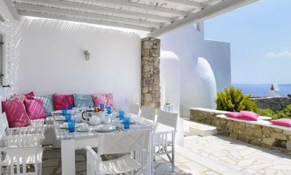 terraza decorada en blanco y color