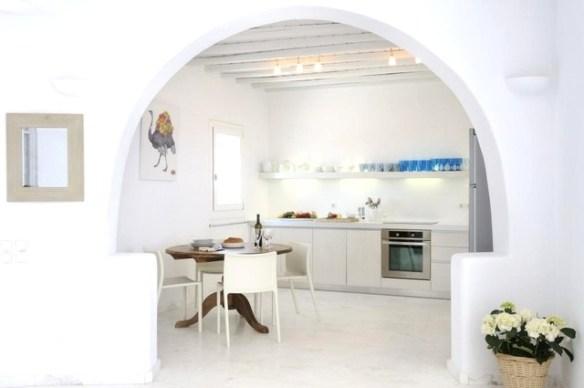 cocina decorada en blanco y azul con arco