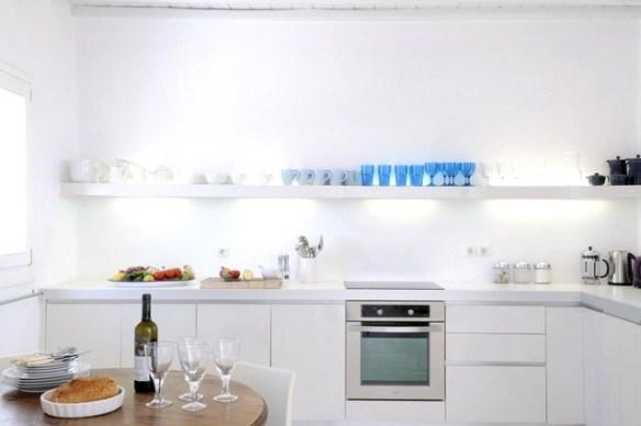 cocina decorada en blanco y azul