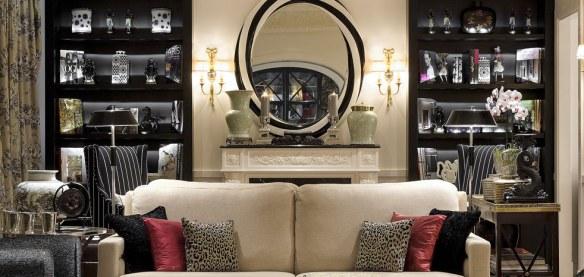 sofá elegante y sofisticado en salón decorado con estilo