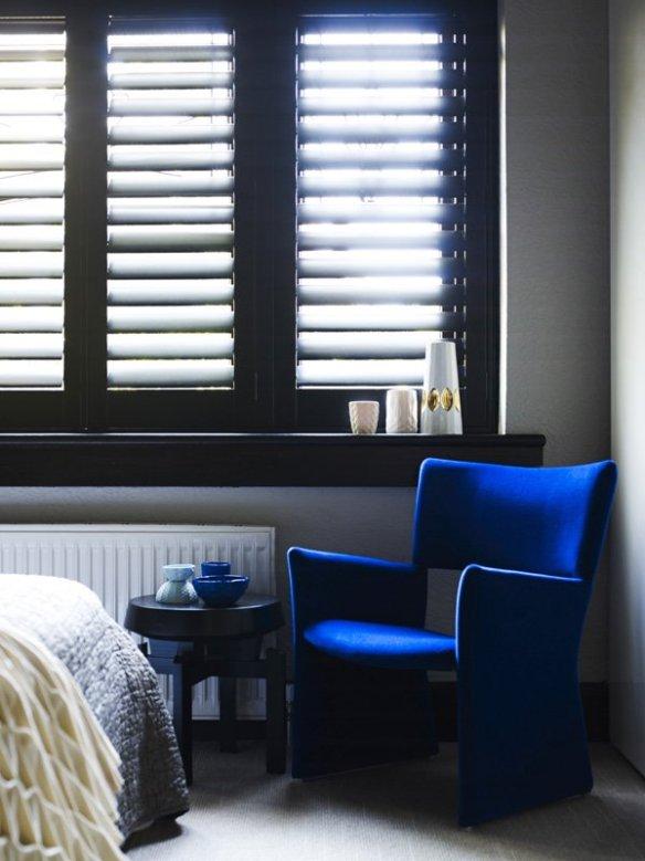 blanco y negro decoración azul