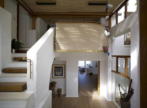 casa en blanco y madera natural suelo de barro