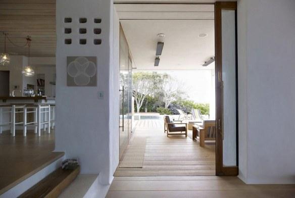 casa en blanco y madera natural