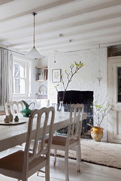 Una encantadora casa en blanco vintage