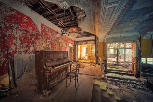 51be787cb3fc4b8118000079_arte-y-arquitectura-decay-matthias-haker-_a_symphony_of_silence_by_illpadrino-d5ha13l-528x352