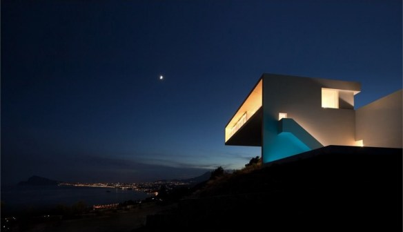 awesome-house-on-the-cliff-with-spectacular-sea-views-night-view