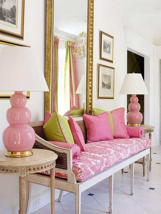 rosa y verde en sofa