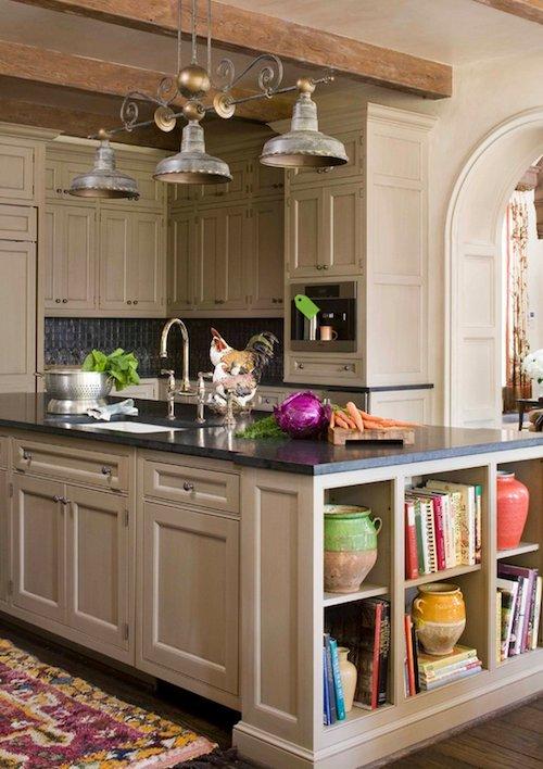 cocina con estantes libros y artesania
