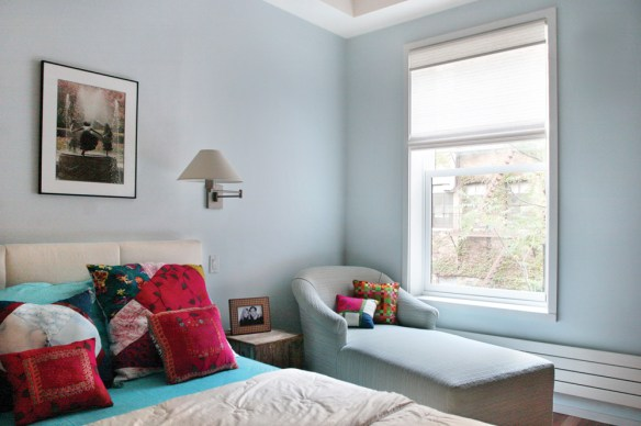 azul dormitorio con cojines