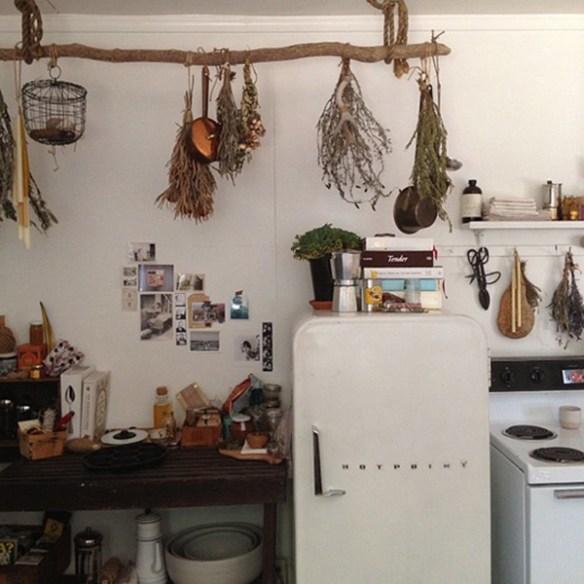 cocina hierbas colgadas