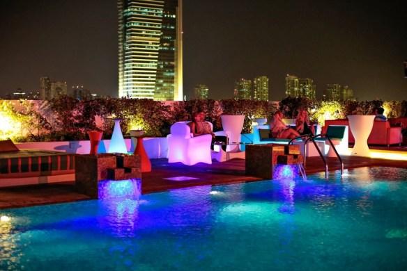 Media-Hotel-terraza-junto-piscina-iluminado