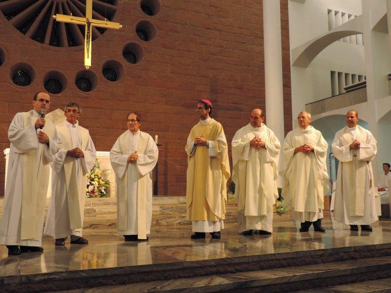 O Administrador Apostólico da Diocese de Blumenau, Dom João Francisco Salm, com os padres-membros do Colégio de Consultores