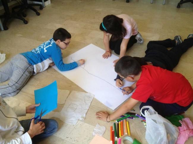 """I bambini durante il laboratorio alla scuola elementare """"Quinci""""."""
