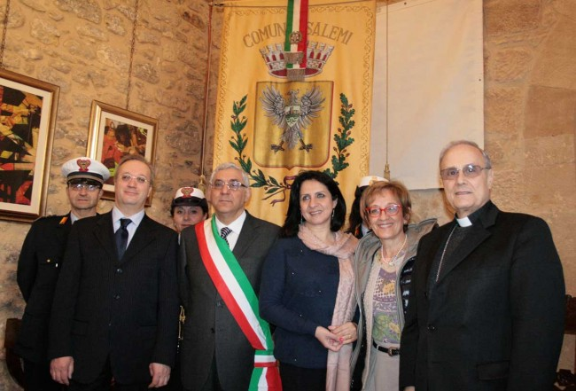 Il sindaco di Betlemme (al centro) col Vescovo e i tre commissari straordinari del Comune Benedetto Basile, Maria Pia Dammarco e Vincenzo Lo Fermo.