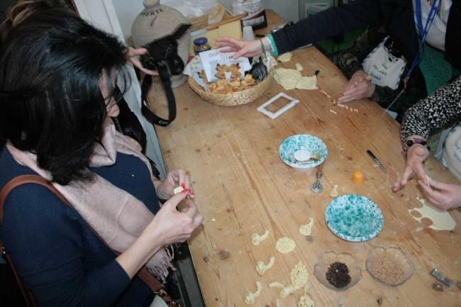 Vera Baboun lavora il pane nel laboratorio con le donne salemitane presso la Pro Loco.