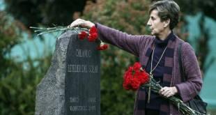 Flores sobre la tumba de Orlando Letelier.
