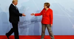 Donald Trump saluda a Angela Merkel durante el acto de bienvenida de la reunión del G20 en Hamburgo (Alemania). ODD ANDERSEN AFP