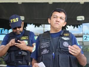 Inspetor da PRF explica que rádio clandestino é utilizado para interceptar ligações (Foto: Catarina Costa/G1)