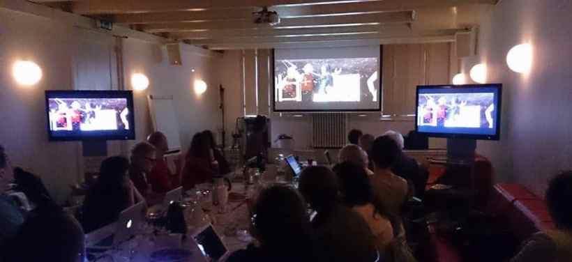 Deelnemers aan de workshop previsualisatie kijken aandachtig toe / Foto: Marc Raps