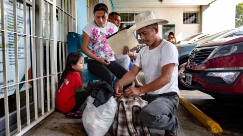Una familia de Colón, Honduras, viajó durante ocho horas en autobús para llegar al hospital Ruth Paz en San Pedro Sula, para que examinaran a su hija de cinco años por problemas cardíacos. La familia es una de las muchas que recorren grandes distancias para ser vistas por el personal del Hospital Fundación Ruth Paz (foto de Francesca Volpi para Direct Relief)