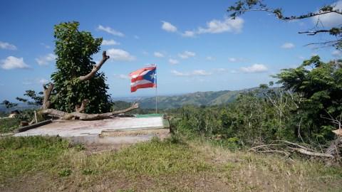 La bandera de Puerto Rico flamea sobre la comunidad de Orocovis. (Tony Morain/Direct Relief)