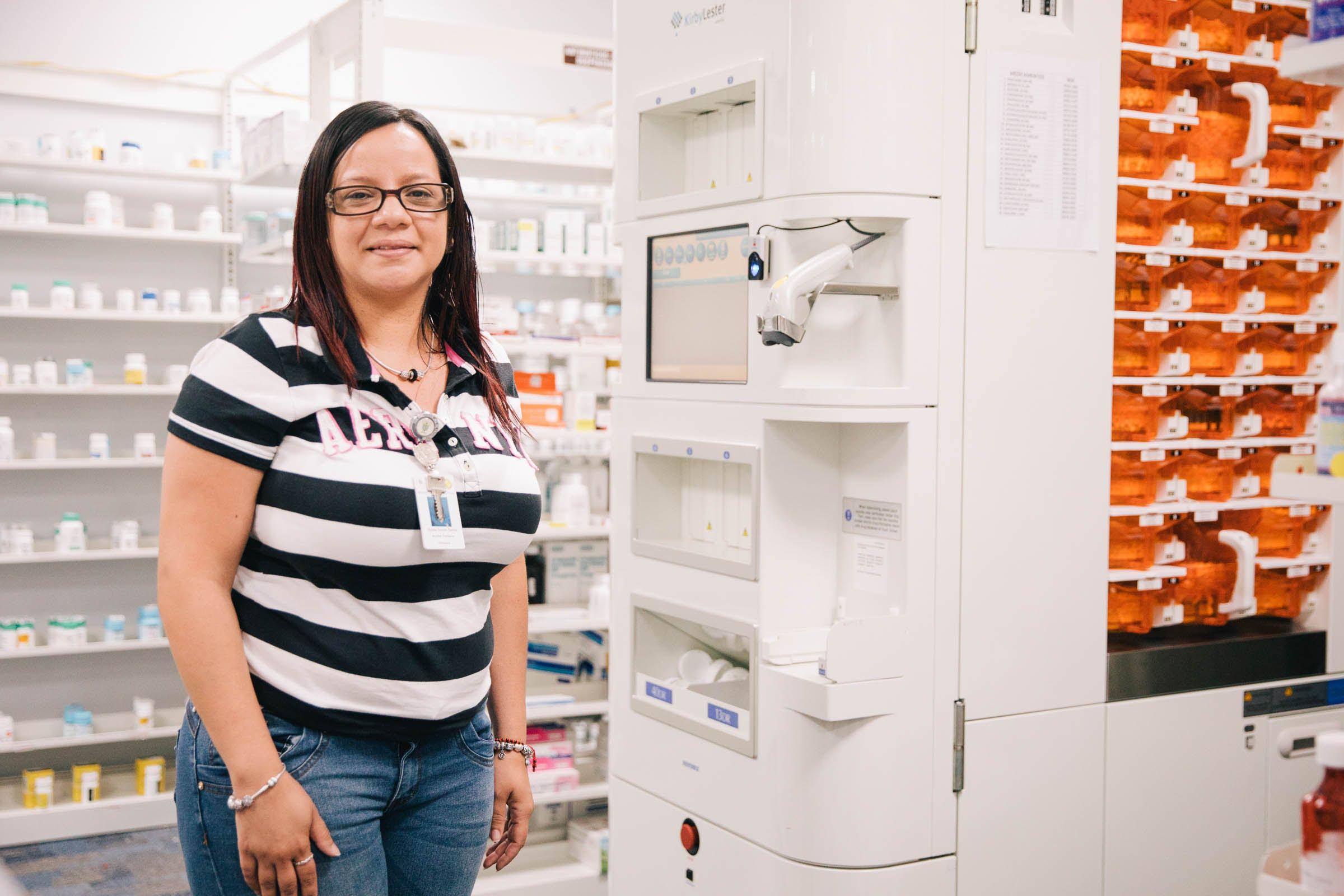 Nydia Torres del Centro de Salud Comunitario de Morovis en la farmacia de la instalación. (Foto de Donnie Hedden para Direct Relief)