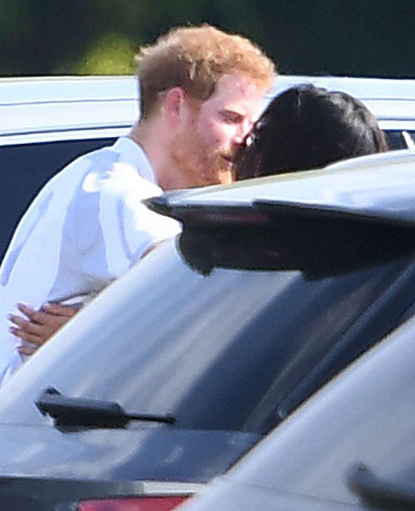 Harry e Meghan Markle il primo bacio pubblico tra il