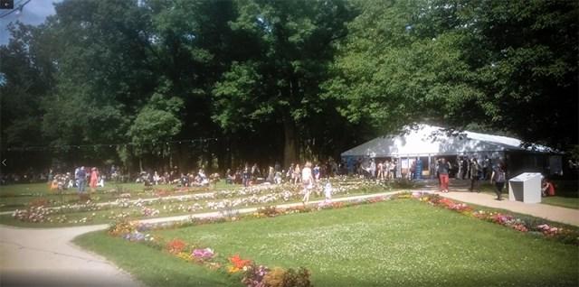 Schlosspark Erlangen mit Halle/Zelt C im Hintergrund