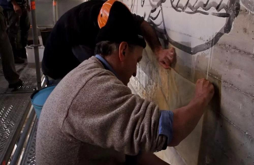 Come-vengono-strappati-i-graffiti-dai-muri-la-tela-di-stoffa