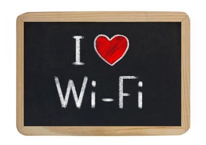 Il 62% degli italiani è favorevole all'utilizzo libero del wi-fi in aereo