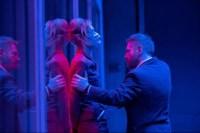 Kenneth Branagh e Elizabeth Debicki tra sfumature rosse e blu