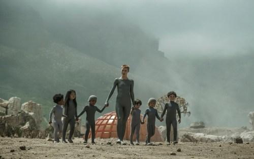 Madre accompagna dei bambini alla capanna in una scena del pilot di Raised by wolves