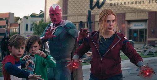 Wanda, Visione e i loro figli Billy e Tommy nella battaglia finale di WandaVision