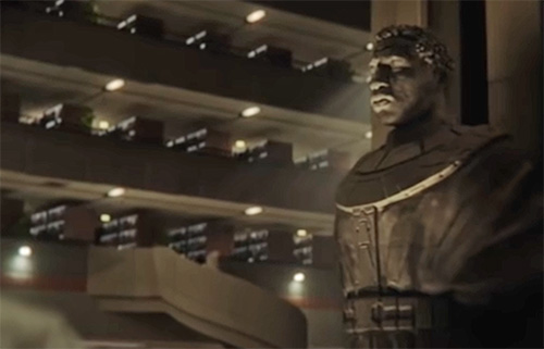 La statua di Kang vista sul finale di Loki nella Tva alternativa