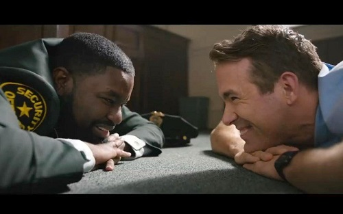 Una scena del film in cui Guy e il suo migliore amico sono parte dell'ennesima rapina in banca