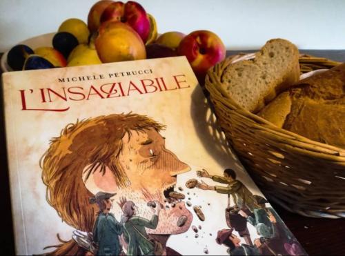 Copertina del fumetto vicino ad un cesto di pane