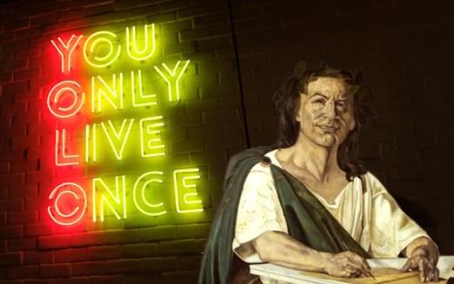 Carpe diem vs Yolo - You only live once insieme a un ritratto di Orazio dipinto da Giacomo di Chirico