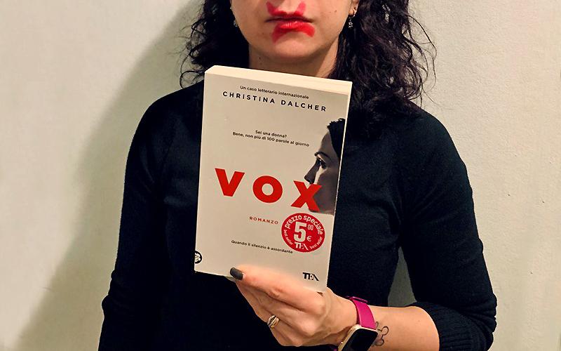 Una copia di Vox, il romanzo di Christina Dalcher, nella composizione di Silvia Liotta