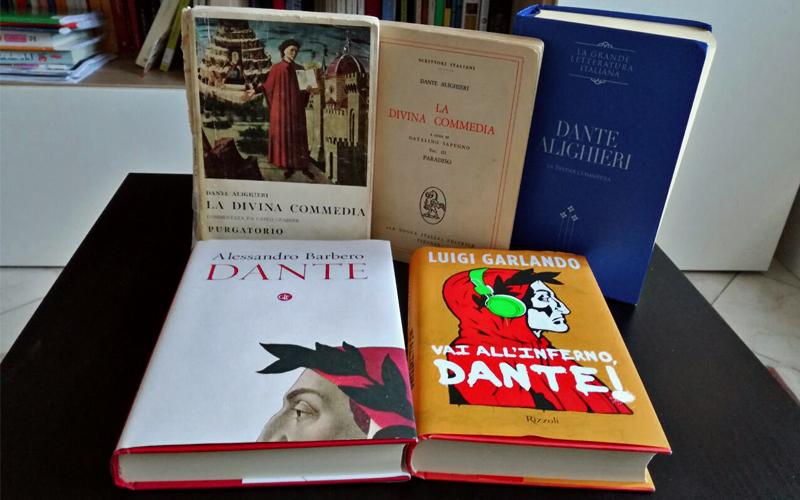 Le copertine dei libri dedicati a Dante, insieme ai volumi della Divina Commedia