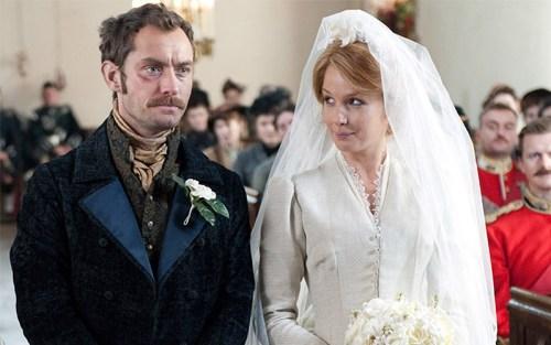 Il matrimonio di Mary e Watson in Sherlock Holmes - Gioco di ombre, di Guy Ritchie. Sarebbe troppo lungo spiegare perché il nostro John ha un occhio nero
