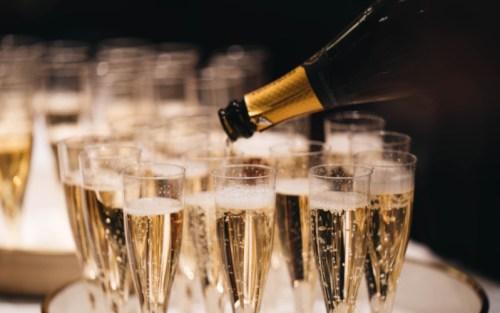 Come si fa il vino spumante champagne? Col metodo classico della doppia fermentazione in bottiglia