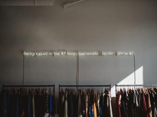 Siamo sulla strada della sostenibilità: quali nostre azioni riducono il costo ambientale del fast fashion?