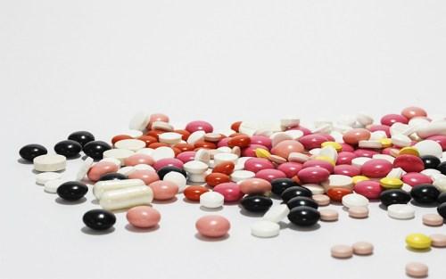 Una grossa quantità di pillole, probabilmente psicofarmaci