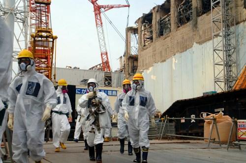 Gli esperti al lavoro sul sito di Fukushima il 17 aprile 2013