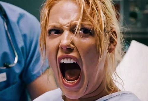Katherine Heigl durante la scena del parto in Molto incinta (Knocked up), commedia datata 2007