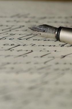 """Una penna su un foglio di carta. Così ci piace immaginare Andrea Camilleri mentre scrive """"Ora dimmi di te"""""""