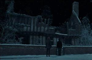 Harry e Hermione a Godric's Hollow davanti alla casa distrutta dei genitori di Harry Potter.