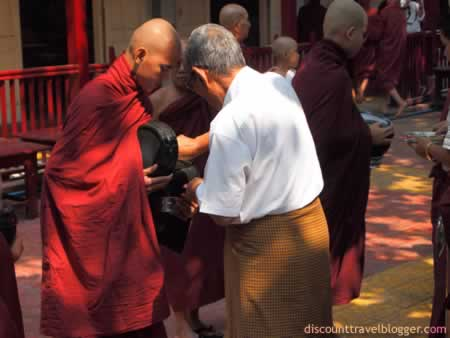 mandalay_monks2