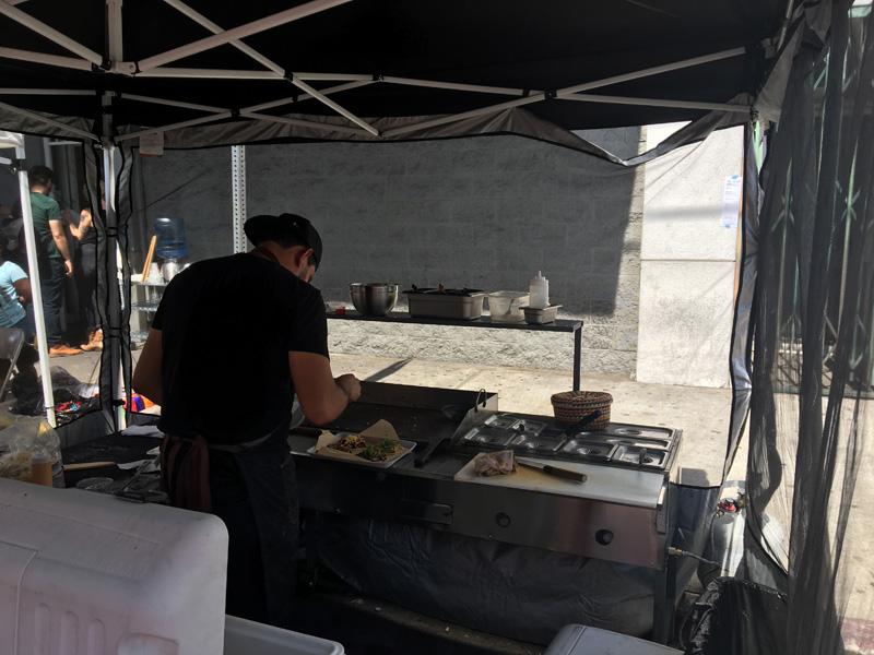 Chef Pablo Ricardo Vega preparing my tacos - La Huesuda