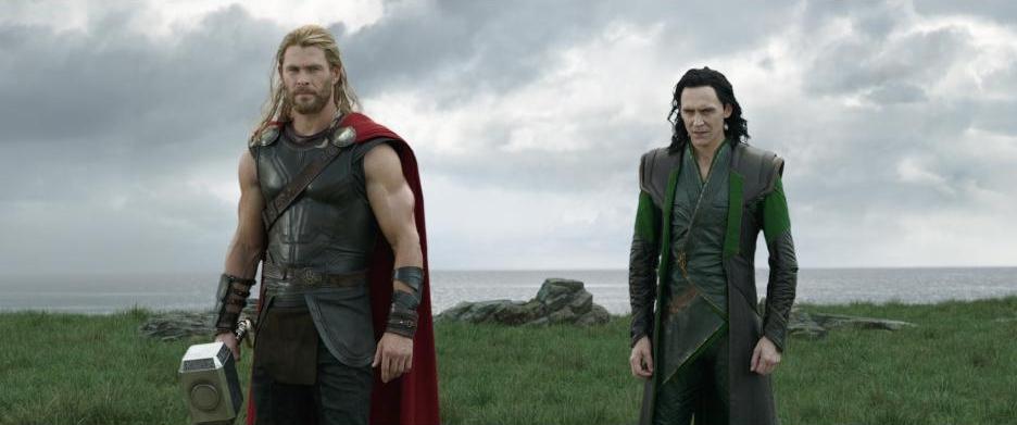 Marvel Studios' THOR: RAGNAROK..L to R: Bruce Banner/Hulk (Mark Ruffalo) and Thor (Chris Hemsworth)..Ph: Film Frame..©Marvel Studios 2017